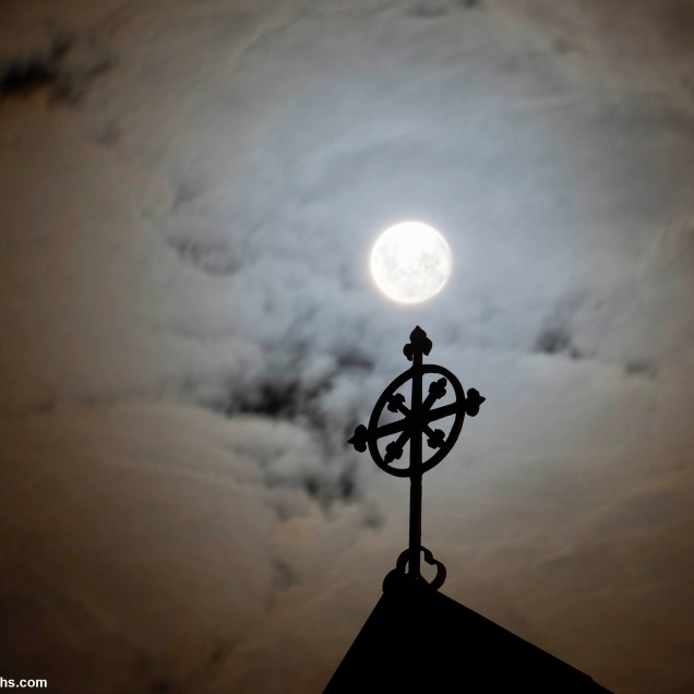 """The Cloud gave the moon a 'Halo"""", a CORONA(!!), during the time of Lockdown"""